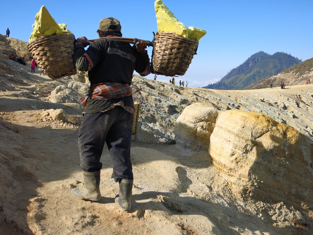 schwefelarbeiter am ijen vulkan auf java