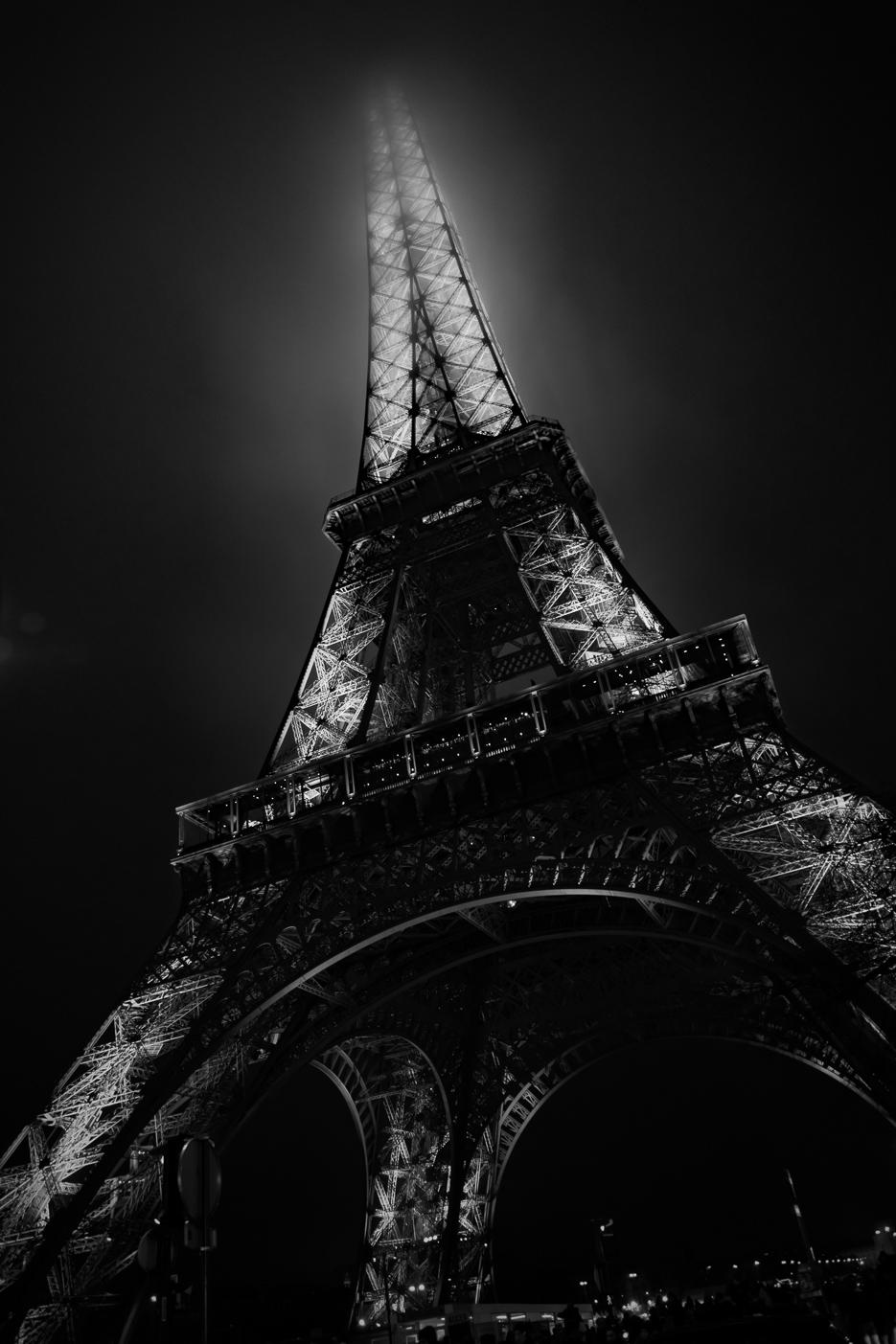 paris eiffelturm schwarz weiß nacht