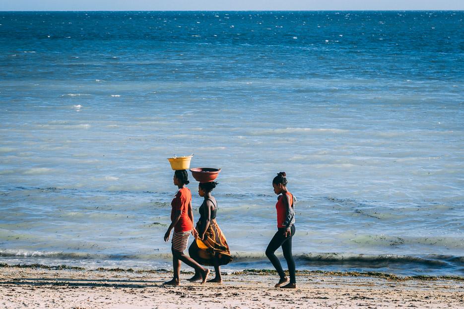 ifaty fischerdorf madagaskar frauen meer strand
