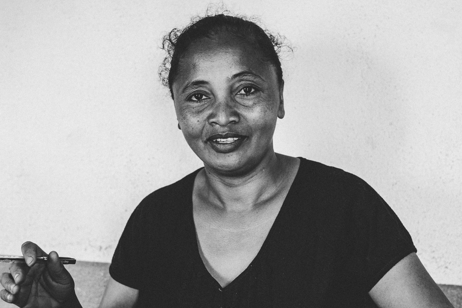 Madagaskar Frau Handwerk Papier Fotografie