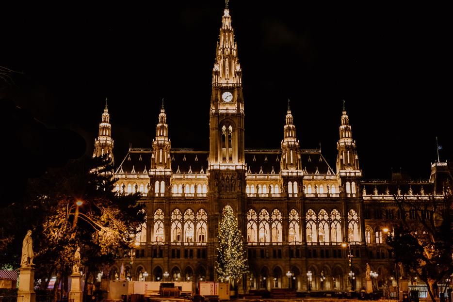 Wien Rathaus Eistraum Nachtaufnahme Sehenswürdigkeiten
