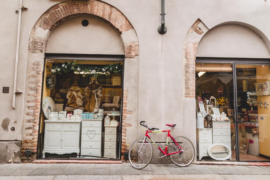 parma italien altstadt laden fahrrad