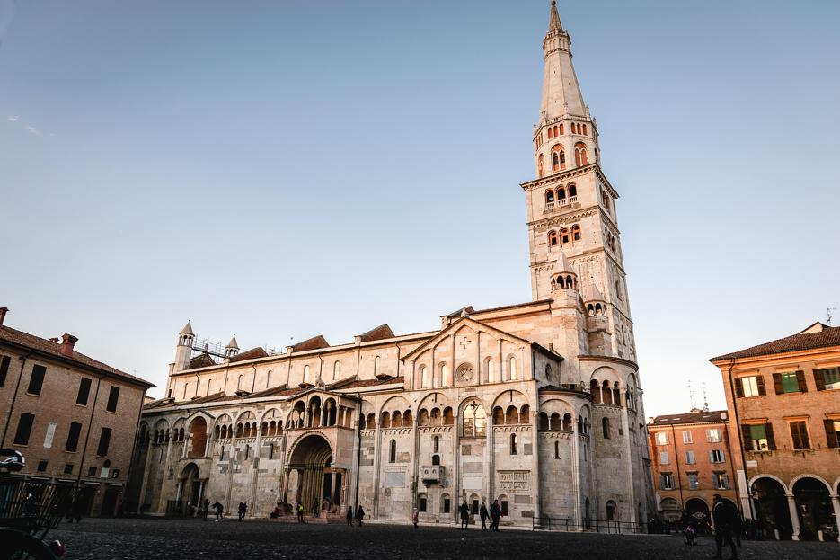 modena italien piazza grande kathedrale duomo torre ghirlandina
